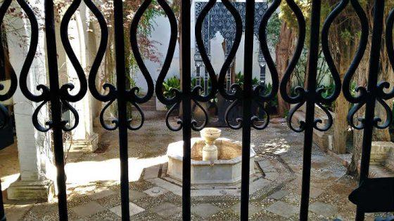 En la parte trasera del edificio se encuentra un pequeño jardín con una fuente, cipreses y arrayanes.