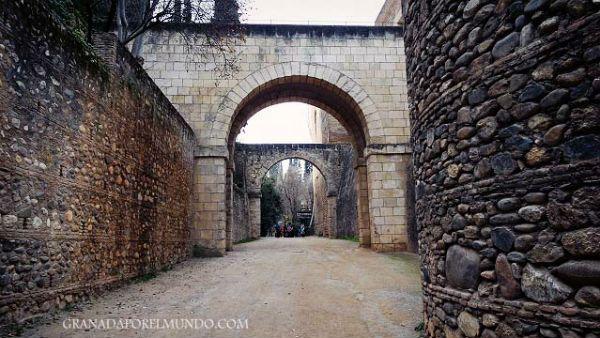 Arriba, paso de la Acequia Real hacia el recinto de la Alhambra.