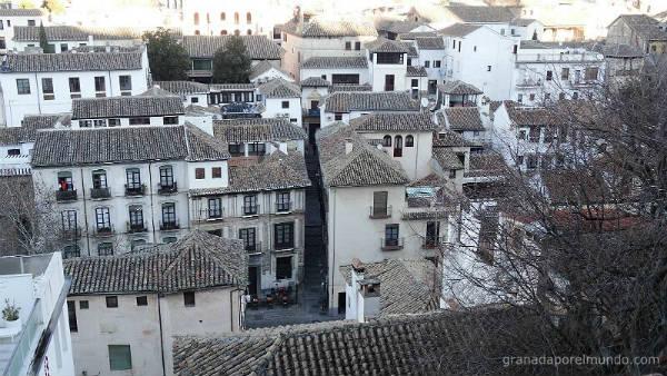 Casas de la Carrera del Darro desde el Mirador de Almanzora. Se aprecia la elevación de la colina del Albaicín.