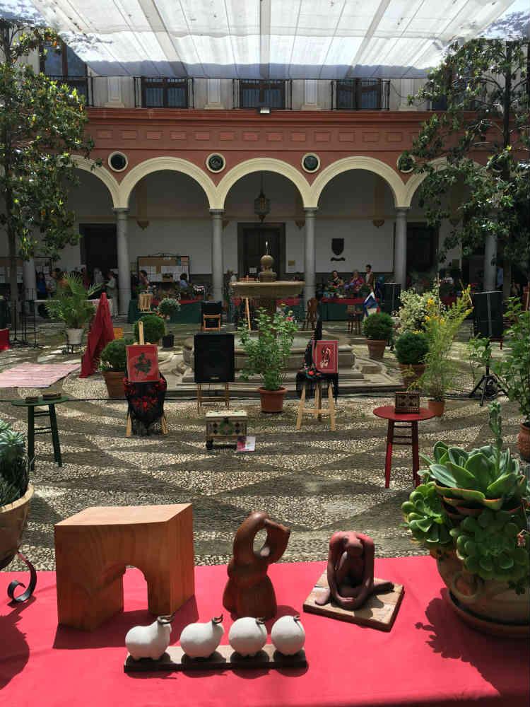 Interior del Ayuntamiento de Granada. Día de La Cruz.