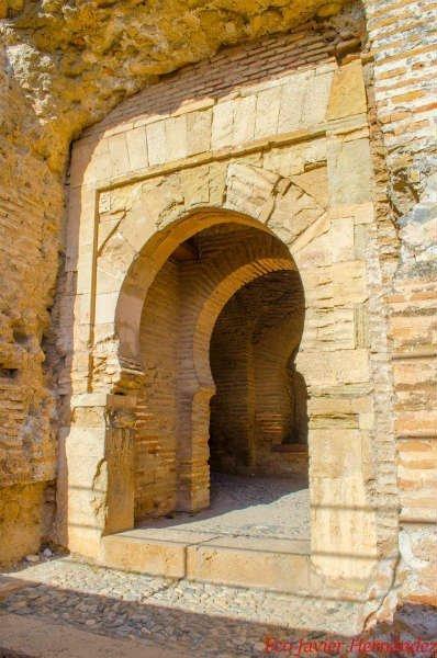 Puerta Zirí de la Alcazaba, justo debajo de la Torre de la Vela.