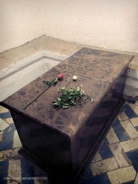 Sus restos conservados en la Cripta subterránea de la Catedral de Granada.