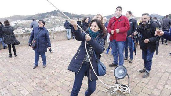 Mujer tañiendo la Campana de la Torre de la Vela el 2 de enero. Foto de IDEAL.