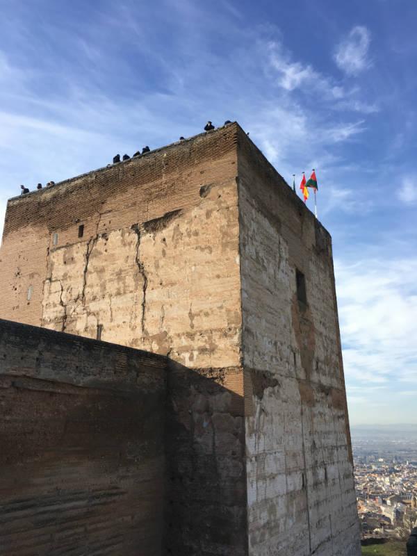 Torre de la Vela vista desde abajo, dentro de la Alcazaba.