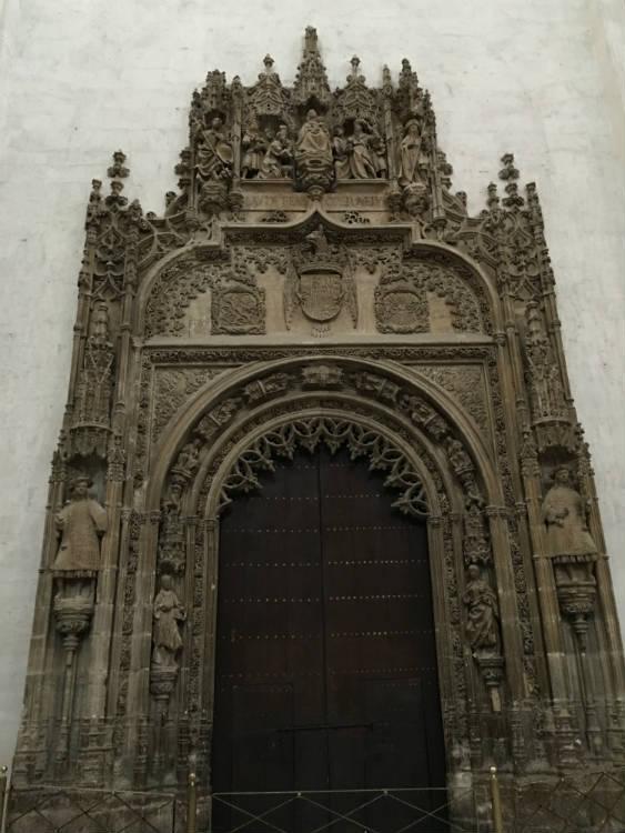 Entrada a la Capilla Real desde el interior de la Catedral.