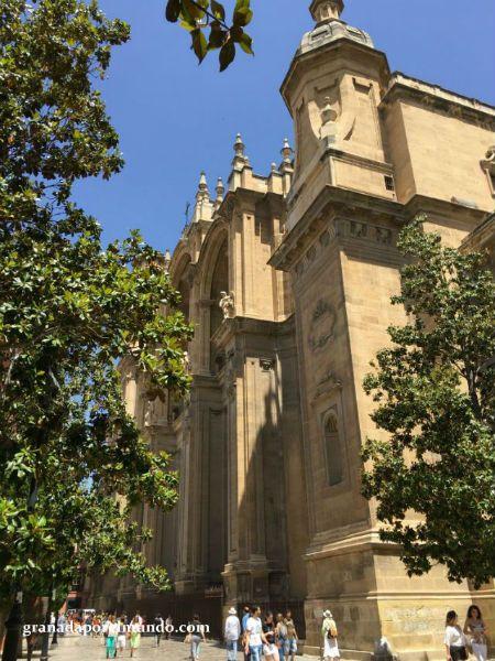 Plaza de Alonso Cano, frente a iglesia del Sagrario. Catedral de Granada.