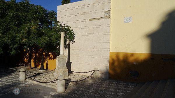 Cruz homenaje donde falleció. Plaza de la Libertad.