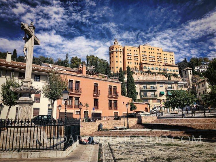 Campo del Príncipe con el Cristo de los Favores y el Hotel Alhambra Palace