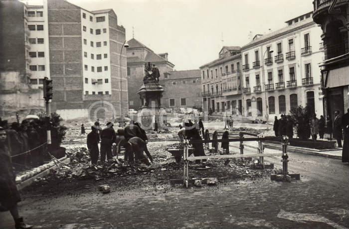 Colocación del Monumento de Isabel y Colón en la Gran Vía de Granada.