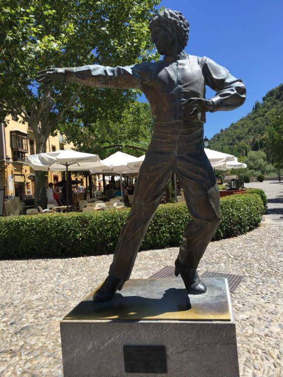 Homenaje a Mario Maya en el Paseo de los Tristes.