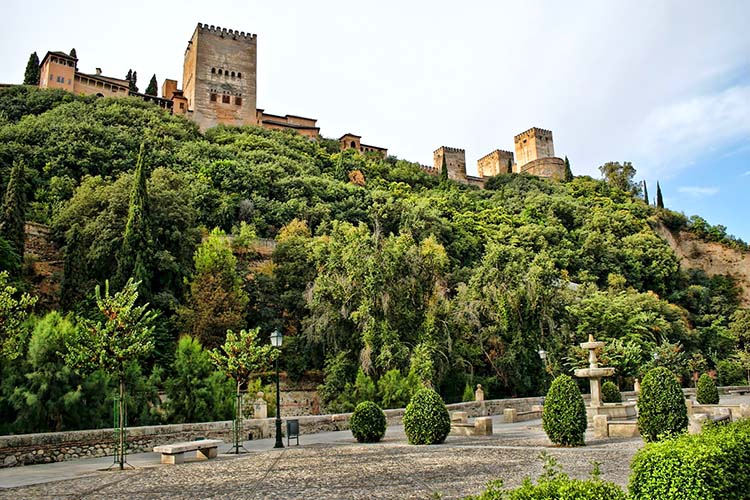Parte de la Alhambra vista desde el Paseo de los Tristes