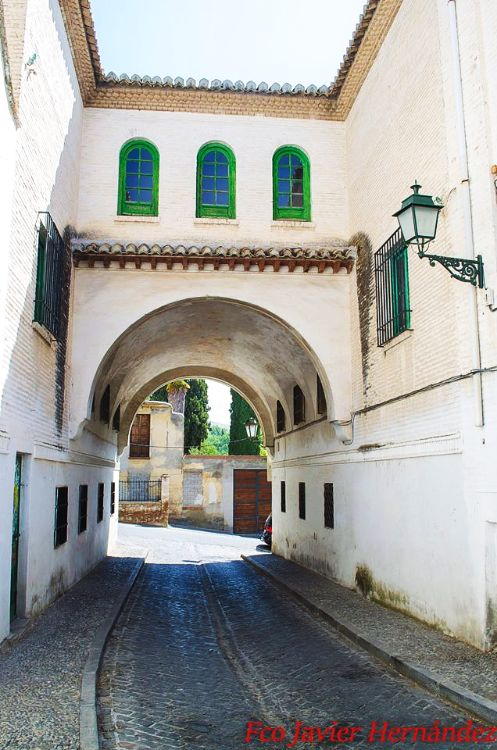 Entrada a calle San Juan de los Reyes desde el interior, frente a la Cuesta del Chapiz.