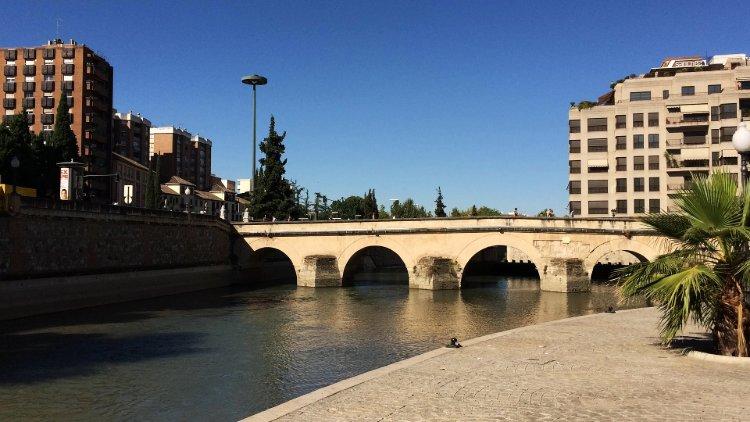 Puente romano y estanque.