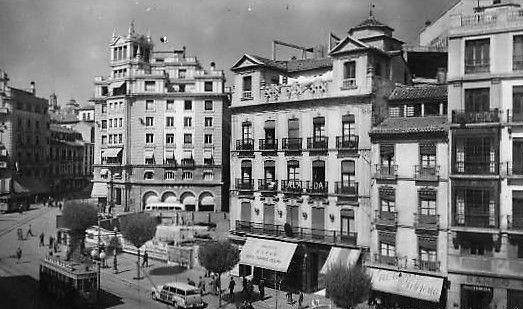 Puerta Real. Acera del Casino. Teatro Isabel La Católica, años 50.