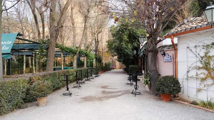 «La Mimbre.» Bosque de la Alhambra. En frente, inicio de la Cuesta de los Chinos