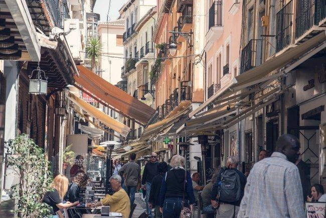 Zona de tapas en la granadina Calle Navas