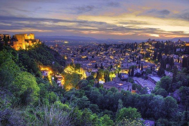 Dónde alojarse en Granada. Vista de Granada desde la placeta de la Abadía del Sacromonte