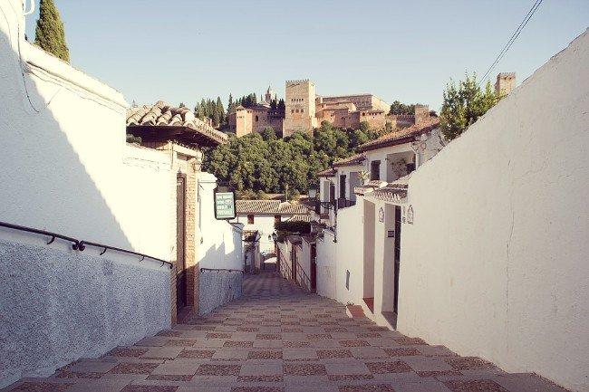 La Alhambra vista desde una callejuela del Albaicín