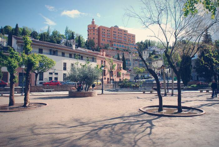 Campo del Príncipe con el Hotel Alhambra Palace arriba en la colina