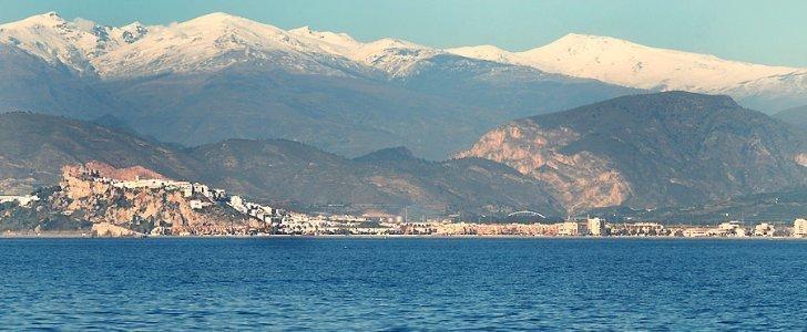 Playa de la costa granadina con Sierra Nevada al fondo