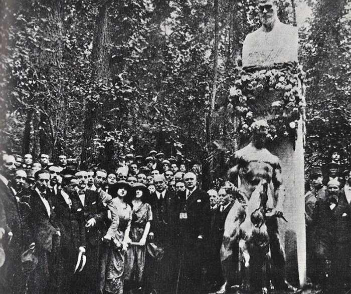 Inauguración del monumento en 1921 en el bosque de la Alhambra
