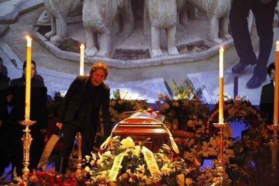 Estrella Morente cantando ante el féretro de su padre, ayer en el teatro Isabel la Católica de Granada. EFE