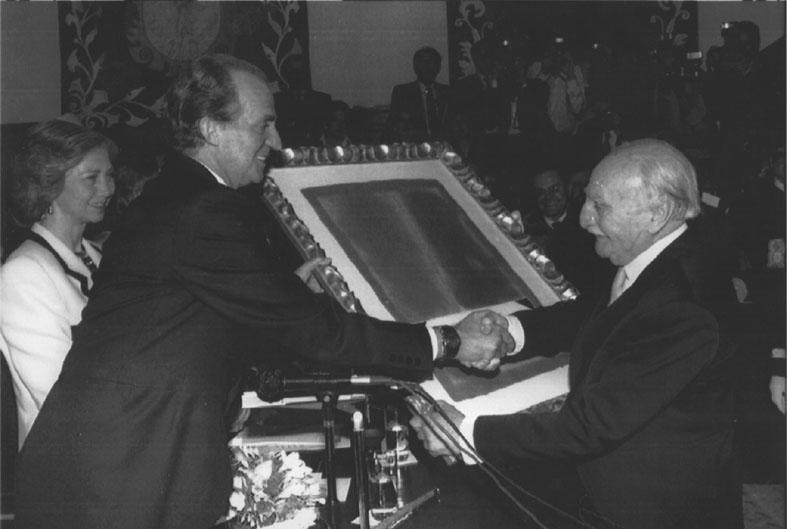 Ayala recibiendo el Premio Cervantes de mano del Rey Juan Carlos el 23 de abril de 1992.