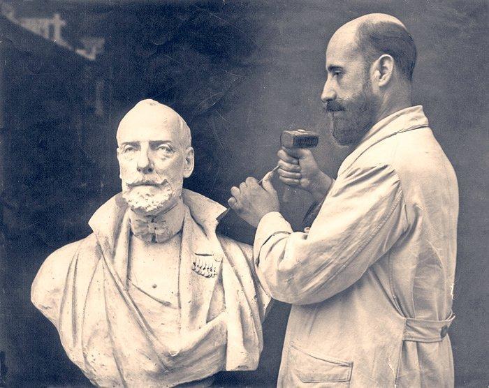 Navas Parejo tallando el busto del Duque