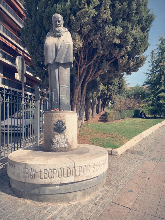 Fray Leopoldo de Alpandeire dentro de los Jardines del Triunfo, frente al Bulevar de Constitución.