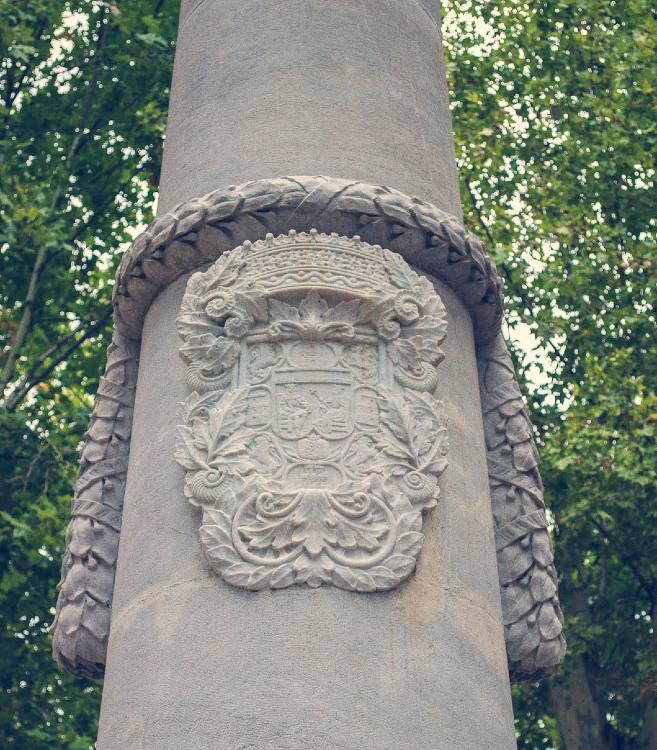 Escudo de Granada sobre el monumento