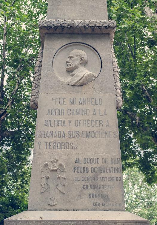 Medallón y detalle en el monumento dedicado al Duque