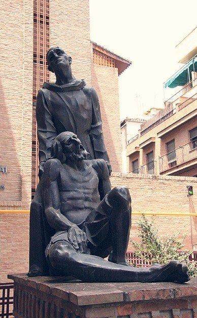 Monumento a San Juan de Dios a la entrada del Hospital de San Rafael.